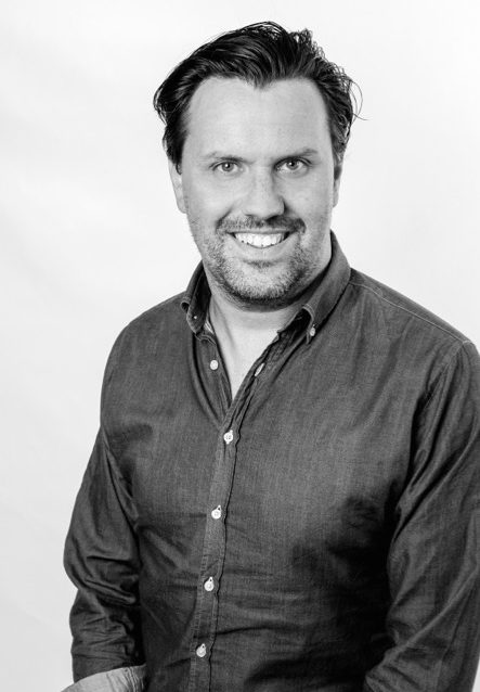 Henrik Pallin är föreläsare & rådgivare inom sociala medier för näringsliv, offentliga verksamheter, skolor, barn & ungdom. Hjälper organisationer att utveckla sin kommunikation, men också hur man i praktiken arbetar med integritet och sociala medier. Nätmobbning och nätkränkningar.
