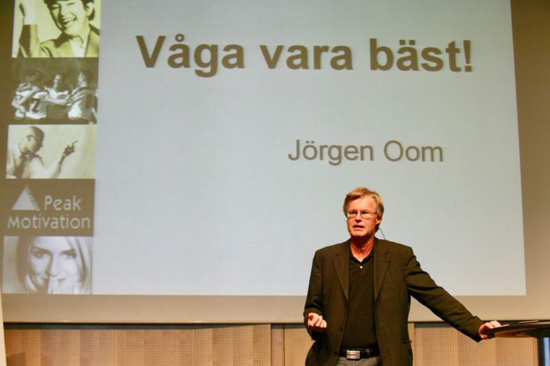 Jörgen Oom är föreläsare och leg psykolog med specialistutbildning inom attitydpåverkan, kommunikation och hypnos. Föreläser om rätt mental inställning (RMI), motivation, att våga vara bäst, det vinnande laget, förändringsarbete, arbetsglädje, företagande. Ring 08-684 049 24.