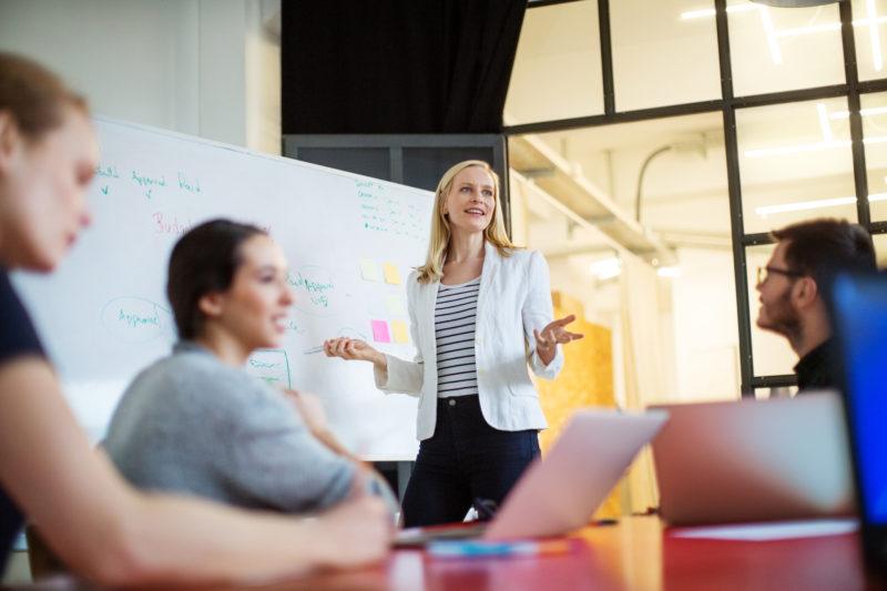 """Utbildningar som lär dig addera en wow-effekt till dina presentationer. Lär dig använda klädsel, röst, kroppsspråk och rum på ett strategiskt sätt för att förstärka ditt budskap. Du får tydliga redskap för att kunna """"äga scenen""""."""